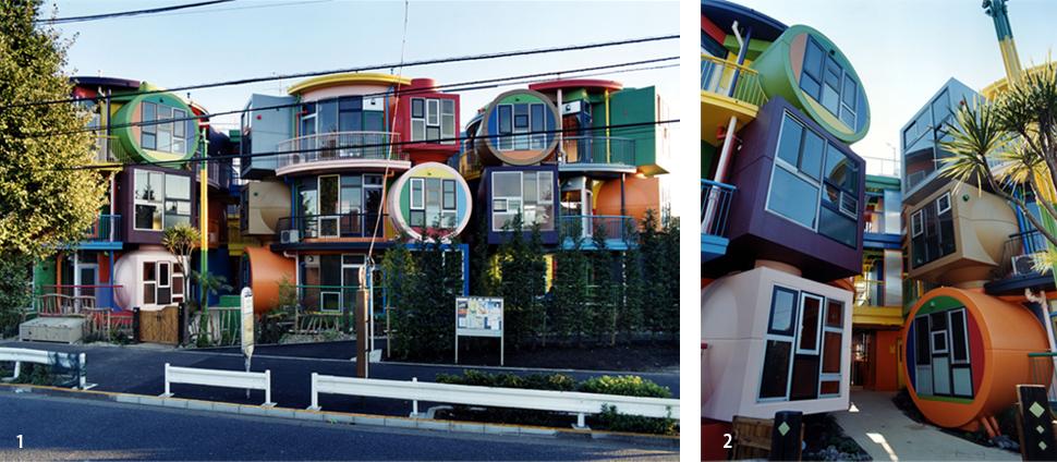 1.入り口のある北側から見た外観 2.住宅のエントランスから見た外観 (ともに撮影:中野正貴)